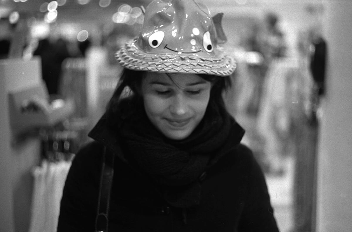 Lue avec un chapeau rond