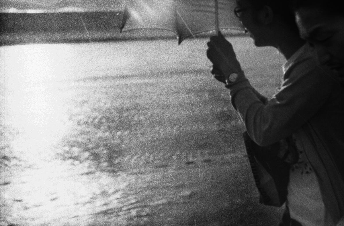 Soudain : il pleut sur le pont du Carrousel
