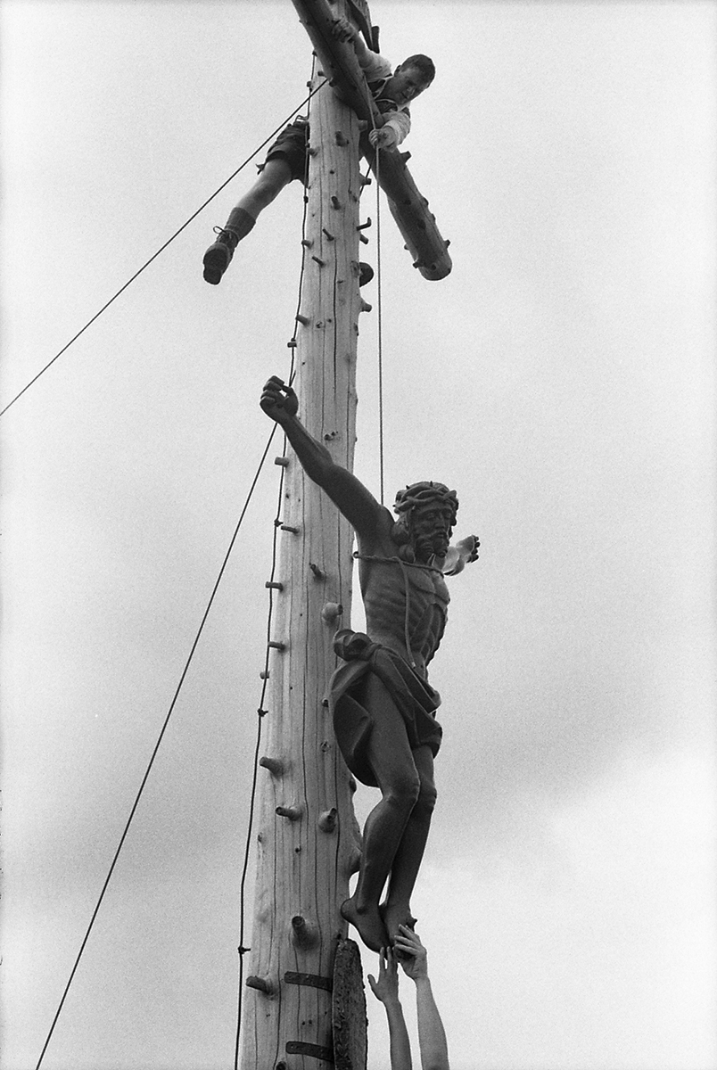 Les Plattler du Trachtenverein de Bad Kohlgrub montent le Jesus en haut du Hörnle Jesus le Christ Bad Kohlgrub Hörnle La montagne