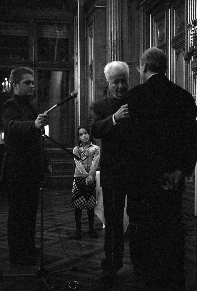 Gilbert Durand remet la légion d'honneur à  M.Maffesoli, Hôtel de ville Michel Maffesoli Gilbert Durand Gabrielle Maffesoli Mairie de Paris